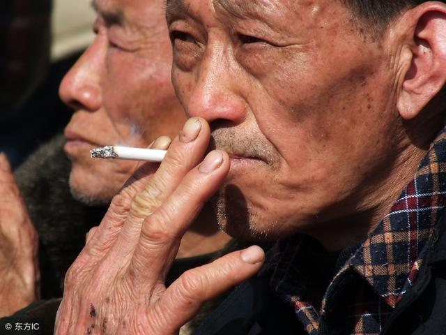"""长期吸烟的人,起床后若没有这3个""""表现"""",恭喜,""""肺""""很健康"""